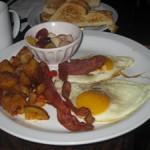 eggs and bacon em cafe